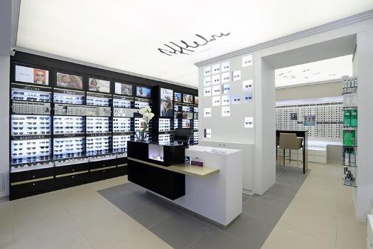 d3a00575a2 Alain Afflelou avait ouvert son premier magasin à Bordeaux en 1972. En  1978, l'enseigne se lance en franchise. 40 ans plus tard, la marque est  leader ...